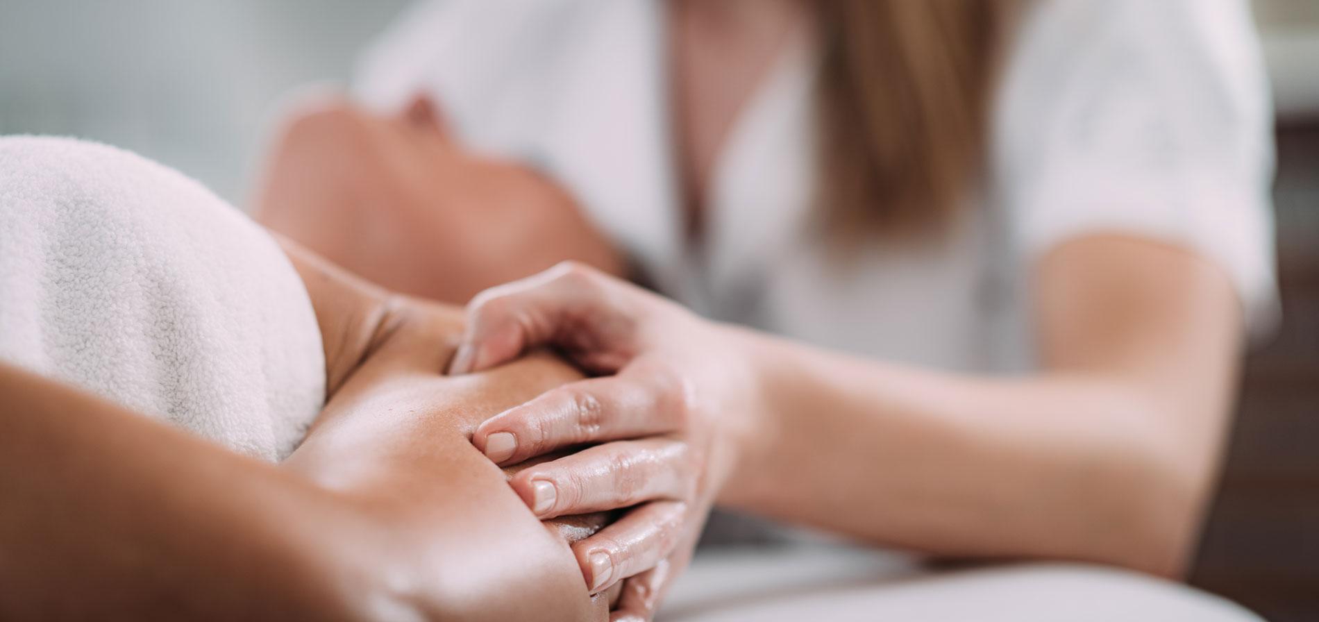 shoulder-sports-massage-therapy-6B92SVZ-web-1900